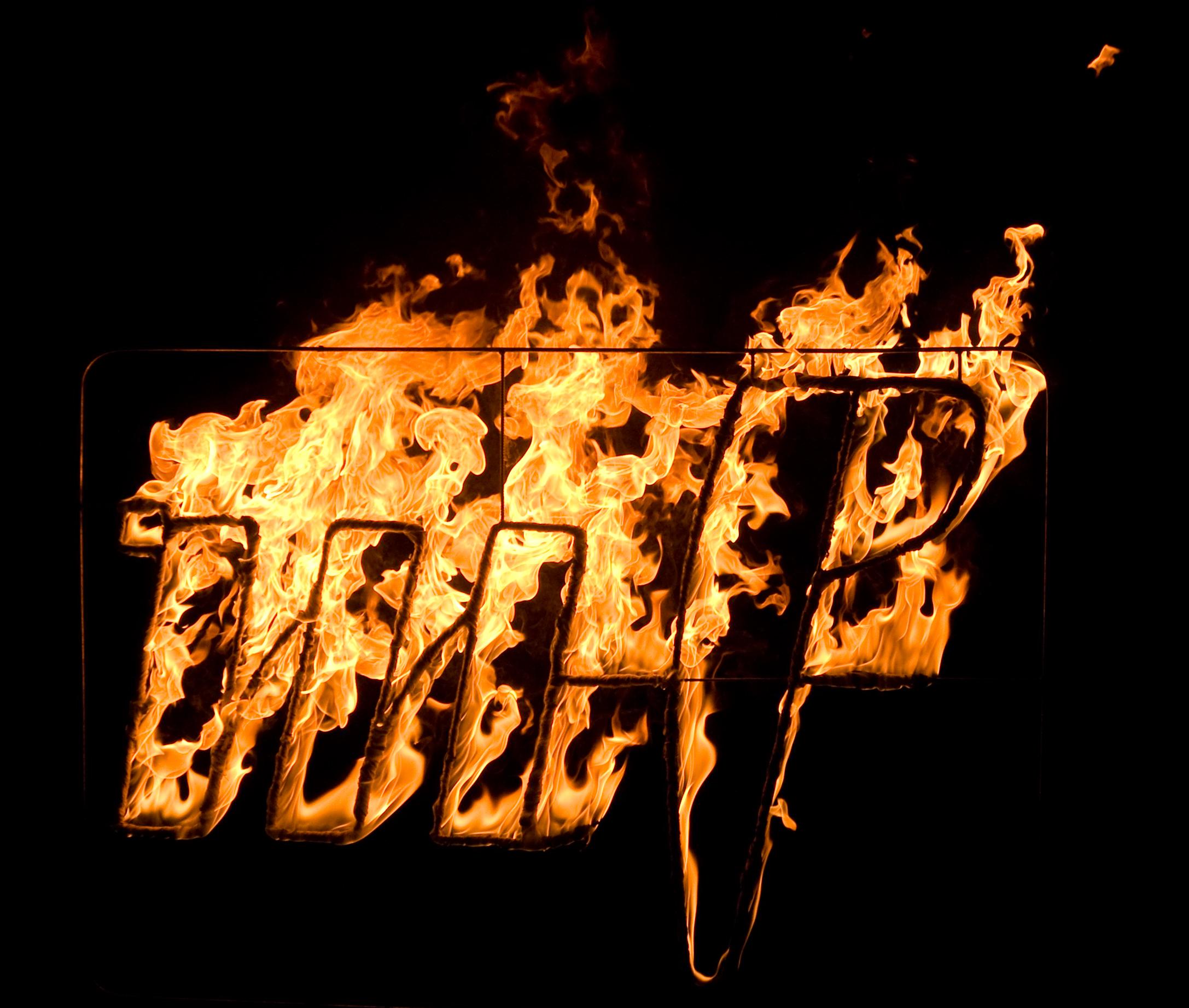 Hořící logo pro výročí Mladé fronty