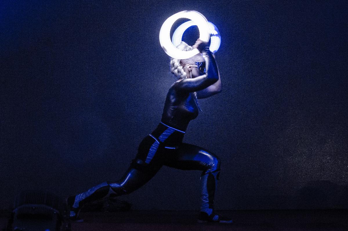 Tanečnice se svítícími kruhy