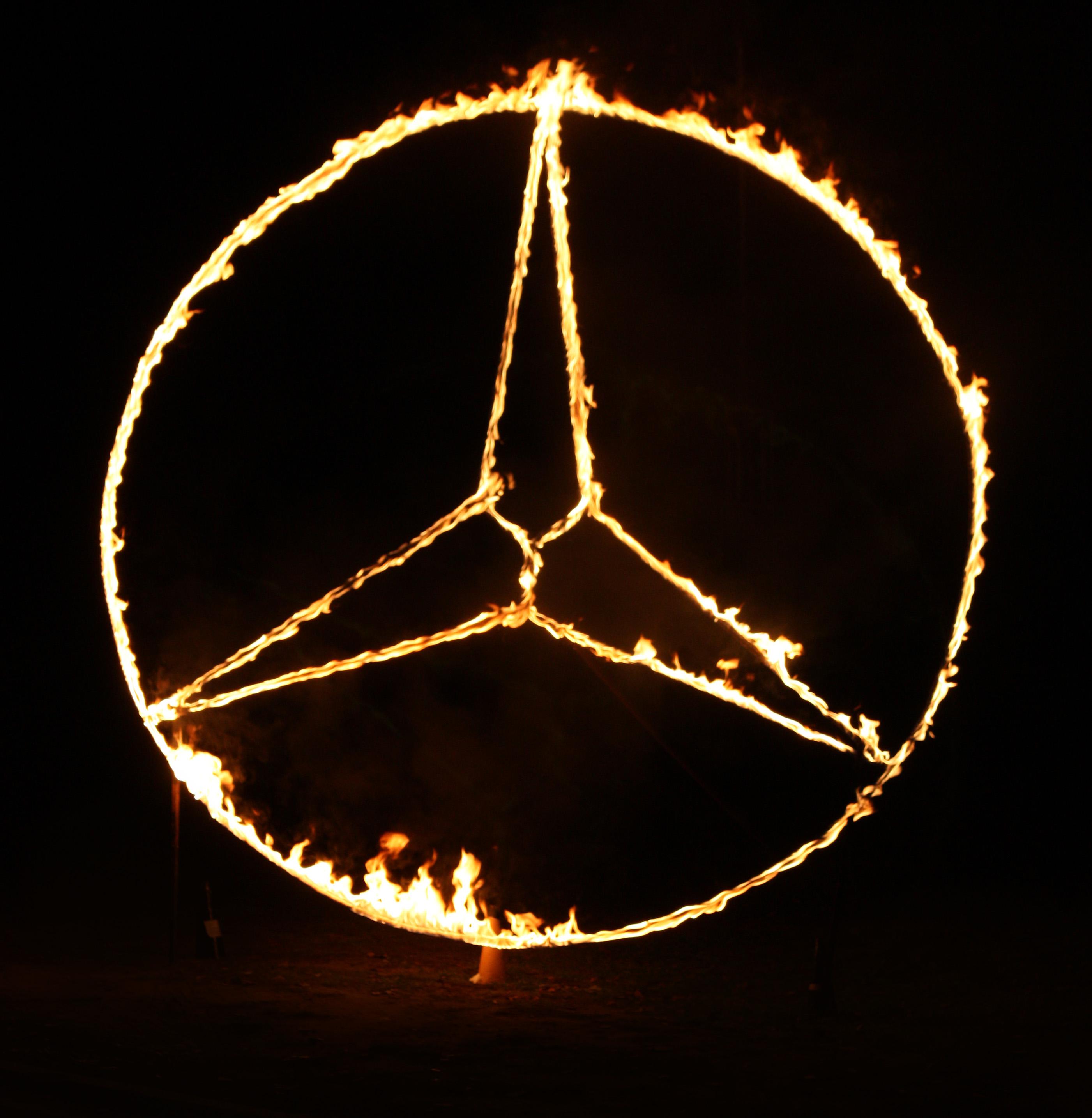 Hořící logo Mercedes benz